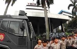 Aparat kepolisian berjaga-jaga di depan gedung KPK