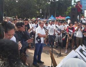 Adnan Pandu Praja memberikan sambutan, dalam aksi #SaveKPK di car free day, Jakarta, Minggu (25/1). Foto: @KPK_RI