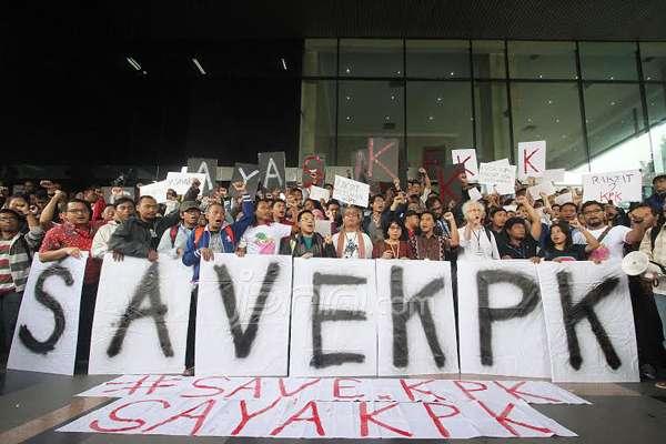Massa menggelar aksi unjuk rasa sebagai bentuk dukungan terhadap Bambang Widjojanto yang ditangkap Bareskrim Polri