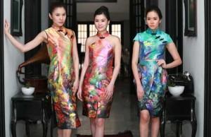 CANTIK UNTUK IMLEK: Baju tradisional perempuan Tiongkok itu juga bisa dibuat two pieces berupa paduan crop top dan rok belahan tengah. (Angger Bondan/Jawa Pos)