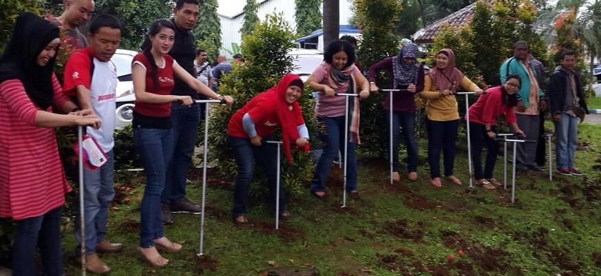 Belasan perempuan Bogor menggali lubang biopori di Jalan KH Abdullah bin Nuh, Sabtu (31/1/2015). Foto Rangga/Pojoksatu.id