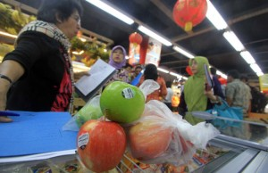 RAZIA: Sejumlah petugas dari Dinas UMKM DKI Jakarta bersama dengan BPOM DKI Jakarta melakukan penyitaan buah apel yang dijual di toko buah di kawasan Kelapa Gading, Jakarta, Kamis (29/1). (Haritsah Almdutsir/Jawa Pos)