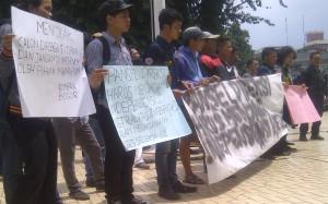 Belasan mahasiswa menggelar aksi demonstrasi di depan Balaikota Bogor, Rabu (28/1/2015). Foto Rishad/pojoksatu.id