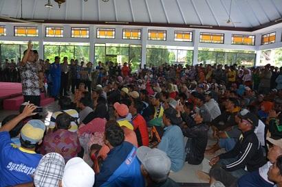 HINA JURNALIS- Bupati batang saat menemui ratusan masa pengunjuk rasa di aula pendopo pemkab Batang. dalam pertemuan tersebut Bupati Batang, Yoyok Riyo Sudibyo mengucapkan kalimat hinaan terhadap wartawan.