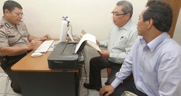 Salasa Albert, Pengacara Wali Kota Makassar, melapor ke Kantor Polrestabes Makassar terkait perlakuan tidak menyenangkan dan pencemaran nama baik, Minggu, 11 Januari. Foto: IDHAM AMA/FAJAR/Pojoksatu.id
