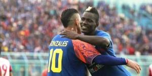 Cristian Gonzales mencetak gol saat Arema Cronus melawan Mitra Kukar di laga perdana grup B SCM Cup, Minggu (18/1) sore.