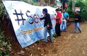 SAVE PENANGGUNGAN: Para aktivis pencinta alam melakukan aksi Save Penanggungan untuk menolak pembangunan jalan di Gunung Penanggungan. (Rojif/Jawa Pos Radar Mojokerto)