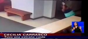 Televisi lokal Chilevisión CHV menayangkan rekaman CCTV dimana Cecilia Carrasco terjatuh akibat didorong hantu
