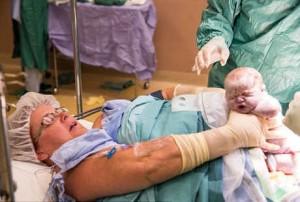 Gerri Wolfe mengeluarkan sendiri bayi dari rahimnya saat operasi