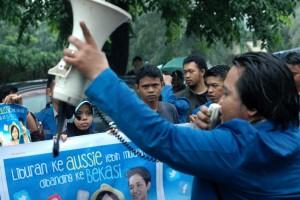 Para demonstran saat melakukan aksi demo di depan Kantor Indosat Cabang Bekasi. Foto: Go Bekasi (Grup PS)