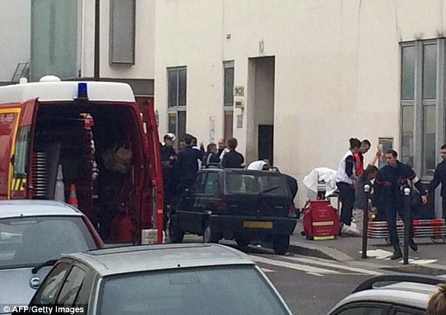 Petugas mengevakuasi mayat di Kantor Charlie Hebdo