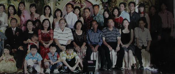 Penumpang AirAsia QZ 8501 asal Tarakan, Kosuma Chandra Kho bersama keluarga besarnya. Istri Kosuma, Sherlly Ong (duduk, 2 dari kanan), Kosuma Chandra Kho (3, duduk dari kanan), dan anaknya Vera Chandra Kho (berdiri di belakang Kosuma). Foto:Istimewa