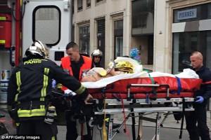 Polisi mengevakuasi jenazah di kantor penerbit kartun nabi