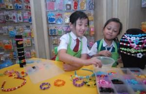 ASAH TUMBUH KEMBANG: Clevy (kiri) dan Kheisya sedang asyik merangkai manik-manik, (Dimas Alif/Jawa Pos)