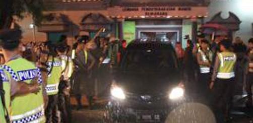 Mobil pembawa jenazah terpidana mati melintas