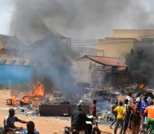 Demonstran membakar gereja, mobil polisi dan rumah penduduk sebagai bentuk protes terhadap pemuatan kartun Nabi Muhammad SAW. Foto AFP/Pojoksatu