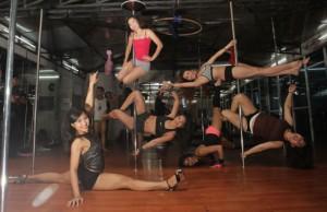 CANTIK-CANTIK AKROBATIK: Para pegiat pole dancing berlatih bersama Jun Ko Agus. Mereka menyatakan mendapatkan banyak manfaat dari olahraga tersebut. Foto: Raka Denny/Jawa Pos