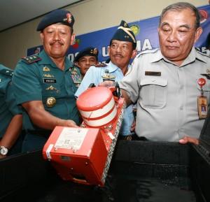 Panglima Armada TNI AL kawasan Barat Laksda Widodo menyerahkan  CVR ke KNKT,