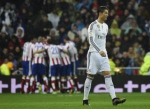 Ronaldo menunjukkan ekspresi kekecewaannya kalah Madrid ditahan imbang 2-2 oleh Atletico Madird, Jumat (16/1) dinihari.