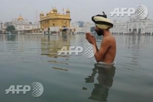 Warga melakukan ritual di sungai India