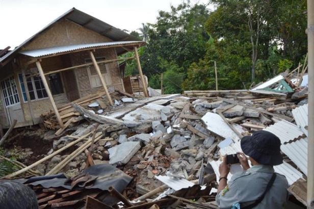 Tanah retak di Sukaresmi, Cianjur.