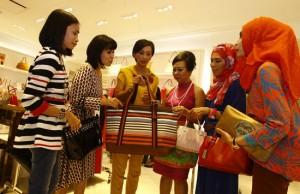 TETAP GAYA: Amalla Vesta Widaranti berbagi tip kepada sesama teman-teman sosialita di Coach Ciputra World Surabaya. (Dipta Wahyu / Jawa Pos)