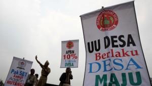 Aparat desa melakukan aksi demonstrasi