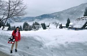 MELAWAN DINGIN: Berpose bersama timbunan salju di Desa Gokayama yang sunyi. (Jumny Gozali for Jawa Pos)