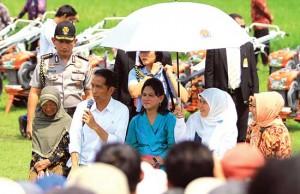 Jokowi berdialog dengan warga di lapangan