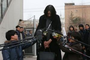 "Putri CEO Korean Air Cho Hyun-ah tertunduk malu di hadapan awak media di Seoul, Korsel, usai ""Insiden Kacang"" dalam penerbangan dari New York ke Seoul - AFP / YONHAP"