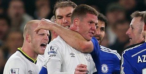 Ivanovic  terlihat menggigit bahu Mc Carthy (Everton).
