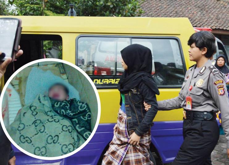 Polisi menggiring cewek yang melahirkan di pasar Cipanas, Cianjur