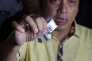 Aparat Direktorat IV Tindak Pidana Narkotika Bareskrim Polri, menjukkan barang bukti narkoba dari tersangka berinisial AS seusai melakukan pengeledahan di LP Narkotika Cipinang, Jakarta, Kamis Malam, 9 April 2015. CNN Indonesia/Adhi Wicaksono.