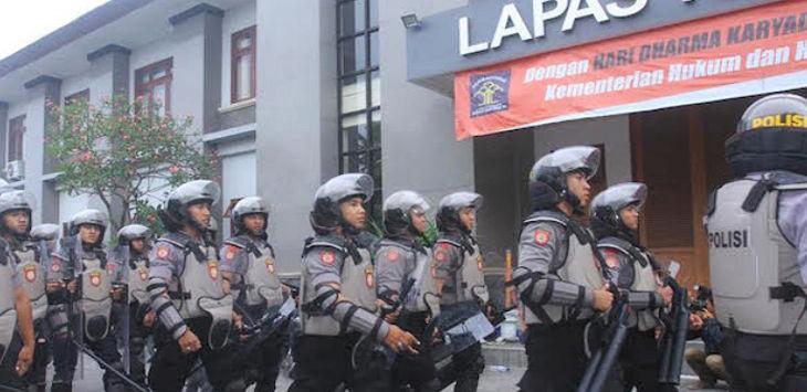 Polisi berjaga-jaga di Lapas Bali