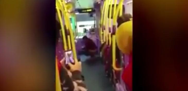 wanita buang hajat di bus