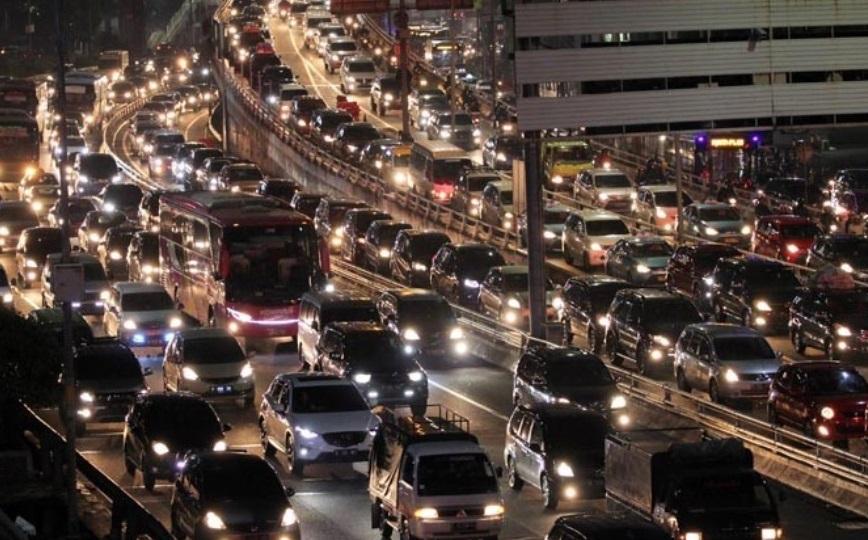 Kemacetan di ruas jalan tol Cikampek - Jakarta (jawapos.com)