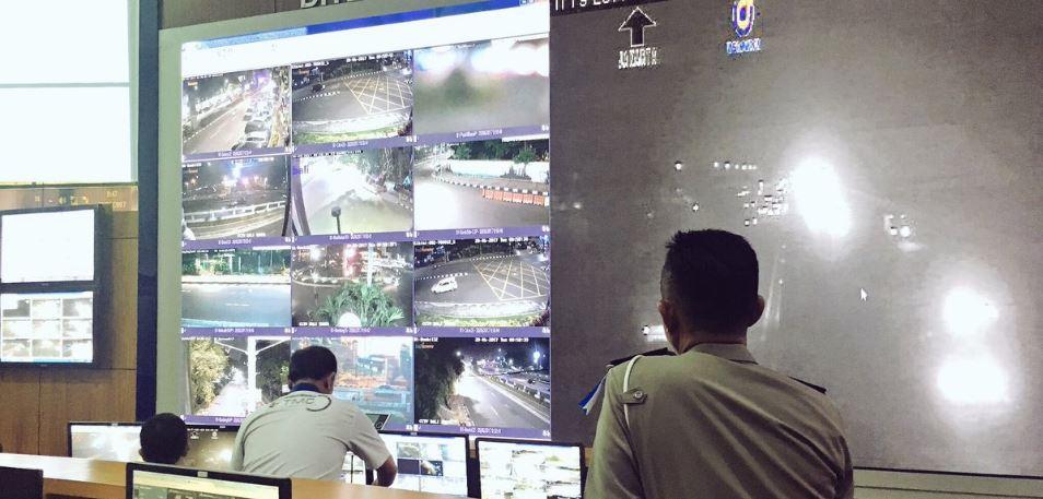 Petugas memantau kamera CCTV. Foto via @TMCPoldaMetro