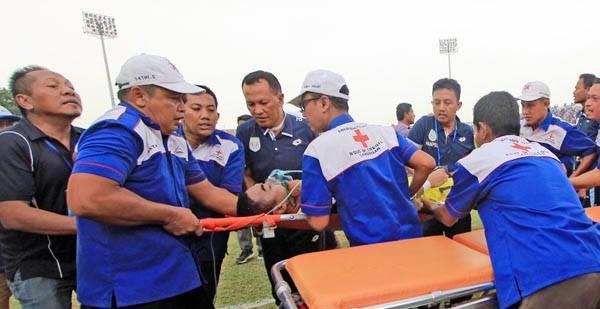 Kiper Persela Lamongan Choirul Huda saat diangkut ke ambulan (jpnn.com)