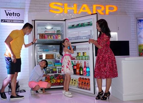 Lemari es Sharp Grand Vetro mampu melengkapi kebutuhan keluarga urban masa kini. (FOTO : PT SHARP Electronics Indonesia)