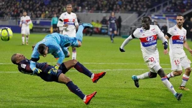 Kylian Mbappe terjatuh diterjang kiper Lyon yang membuatnya harus ditandu keluar karena mengalami cidera. (thesun.co.uk)