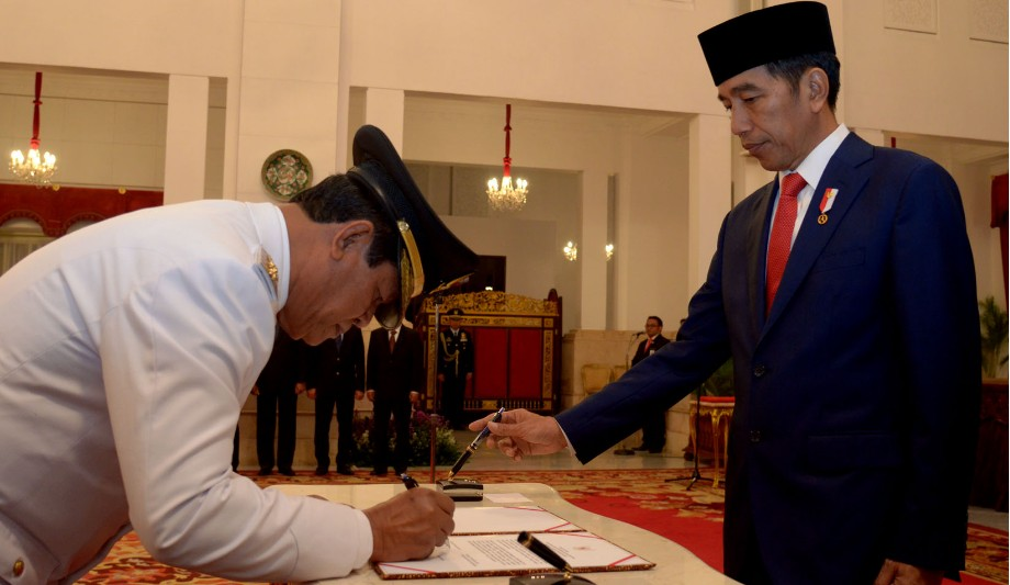 Presiden Joko Widodo saat melantik Wakil Gubernur Kepulauan Riau Isdianto