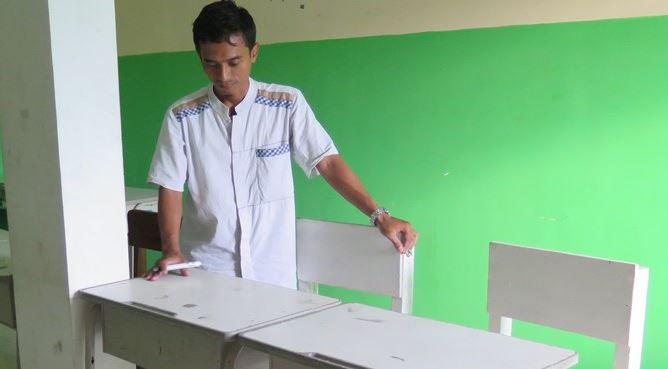 Kepala SMP Kreatif Muhammadiyah 18 Ari Sutikno menunjukkan tempat duduk Firman Halim di kelasnya, Selasa (15/5).
