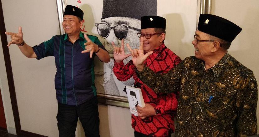 Kapitra Ampera (kiri) acungkan salam metal gabung PDIP di Kantor DPP PDIP, Selasa (24/7/2018)