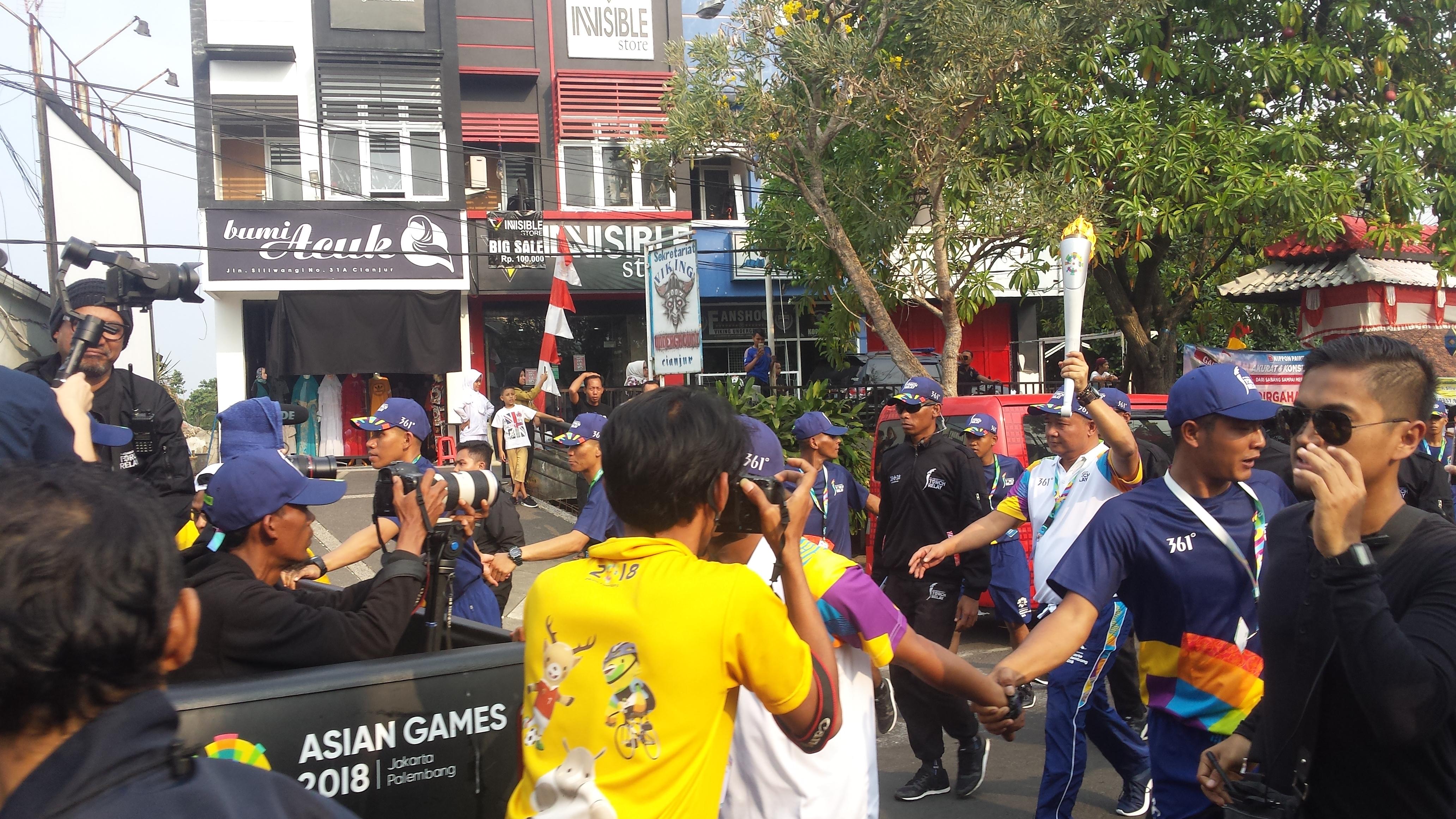 Kirab api obor Asian Games 2018 tiba di Cianjur, Senin (13/8/2018) untuk selanjutnya akan dibawa ke Bogor, besok (firmantaqur/pojoksatu.id)