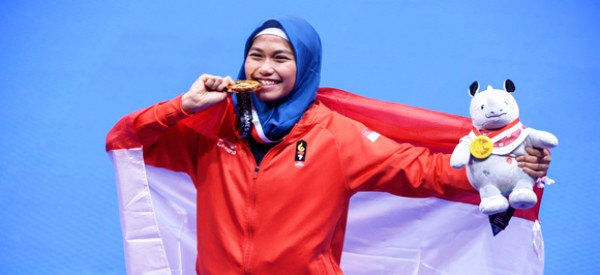 Defia Rosmaniar, peraih medali emas pertama Indonesia di Asian Games 2018 (afp)