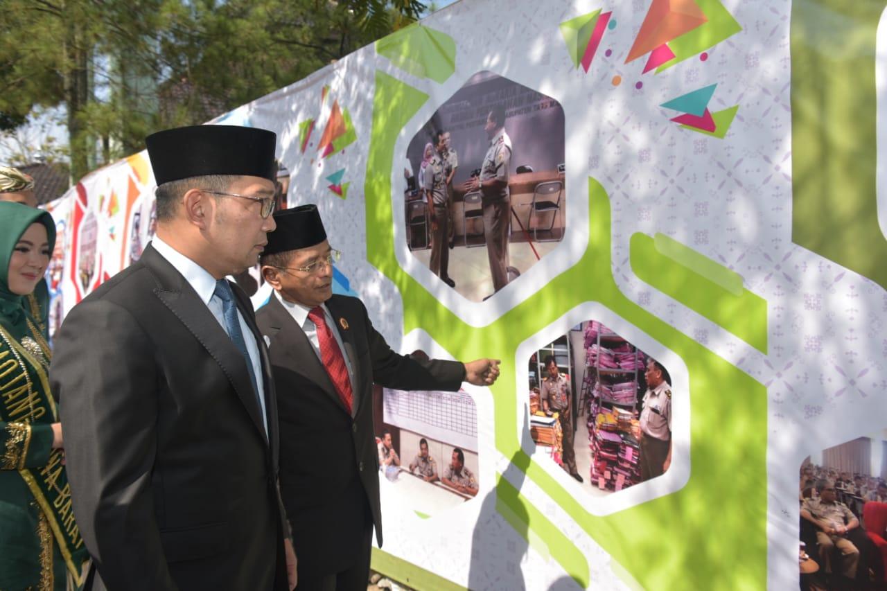 Gubernur Jawa Barat Ridwan Kamil mengikuti Upacara Peringatan Hari Agraria dan Tata Ruang Nasional tingkat Jabar di lapangan Kanwil BPN Jabar, Bandung Senin (24/9/18). (FOTO : Humas Pemprov Jabar)