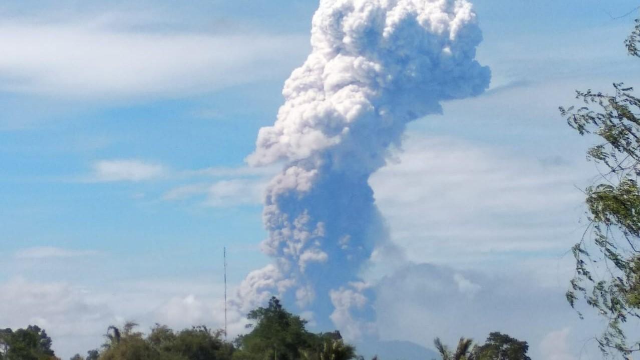 Gunung Soputan Sulawesi Utara meletus
