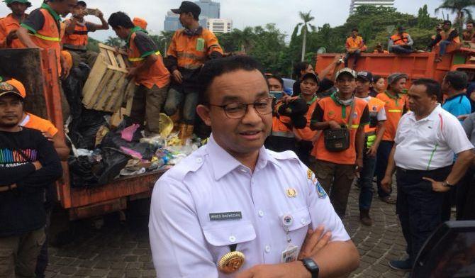 Gubernur DKI Jakarta Anies Baswedan meninjau monas usai aksi reuni 212