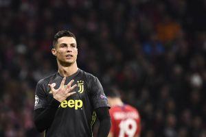 Cristiano Ronaldo memerlihatkan lima jarinya sebagai pesan ia telah memenangkan lima trofi Liga Champions