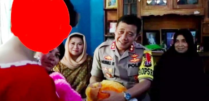 Kapolres Tanggamus AKBP Hesmu Baroto memberikan bonek kepada korban incest di Lampung.